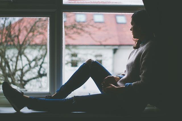 dívka na okně