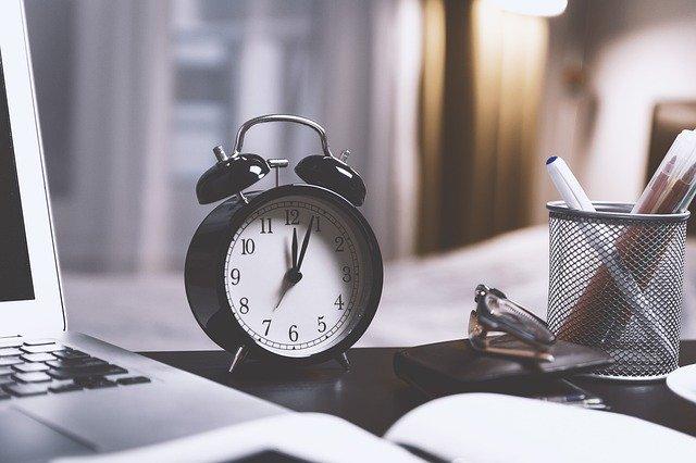 hodiny na pracovním stole