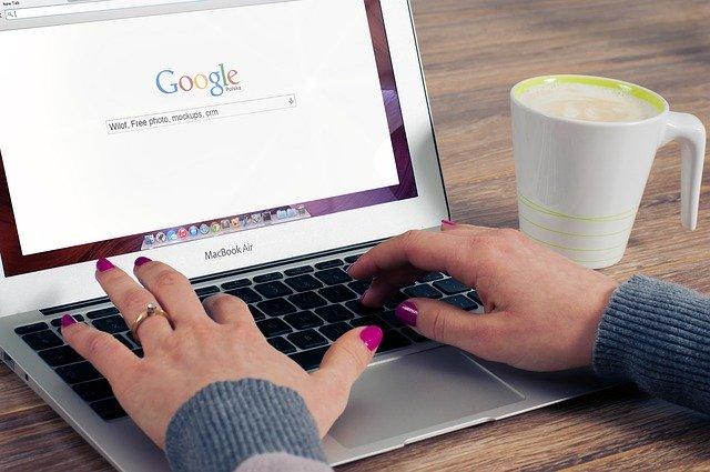 Vyhledávání na notebooku.jpg