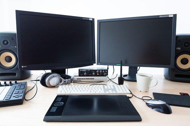 před počítačem