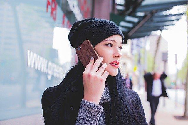 zena s telefonem